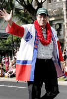 パレードの先頭を歩くムフィ・ハネマン市長