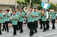 オアフ島カポレイ高校のマーチングバンド 地元の人々の暖かい拍手に迎えられました