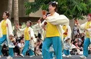 大阪からの泉州ソーリャ踊り子隊の皆さん 鳴子を元気にカチカチと鳴らしてのパレード