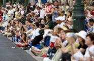 沿道に集まる大勢の観客の皆さん そこには笑顔がたくさんありました。