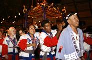 神奈川の湯本粋興会が参加した大人御輿 掛け声が一際大きく響きます