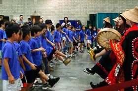 アラスカ先住民の伝統文化を継承するアラスカ ネイティブ ヘリテージセンターの皆さんと一緒に。