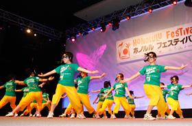 若さあふれる園田学園高等学校のダンスは一瞬にしてステージを華やかにしてくれます。