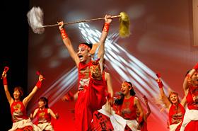パワーみなぎる須賀連の迫力ある踊りは誰もを魅了します。