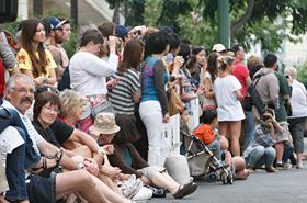道路にせり出して待っている様子からもパレードを心待ちにしているのがわかります。
