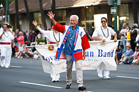 沿道の人たちと気さくに挨拶を交わしながら歩く市長。