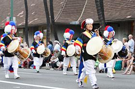 太鼓を軽快に打ち鳴らす韓国の伝統的な民俗芸能。