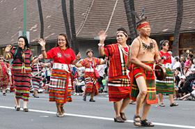 フィリピンの民族衣装の細かい刺繍の柄は芸術的です。