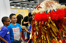 台湾の獅子のユニークな顔は子供達を楽しませてくれました。