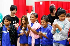 異国の文化に触れた子供達が見せる笑顔に未来の平和を感じます。