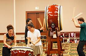 太鼓を叩いたときに返ってくる音と手に感じる振動を体感。