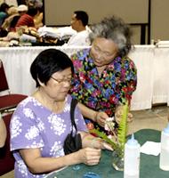 活け花に挑戦する日系のハワイアン。日本を想いながら花を活けていきます。