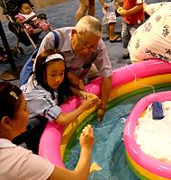 日本のお祭りにはかかせない金魚すくいをハワイの子供たちにも体験してもらいます。