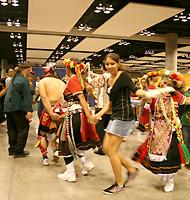台湾の団体と一緒に踊る生徒