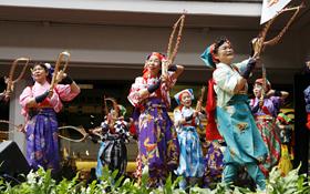 カラフルな衣装で日本の伝統芸を披露する日本南京玉すだれ協会