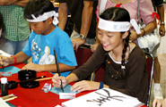 Children learn Japanese penmanship by viewing the samples