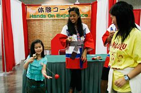 日本の昔のおもちゃの代表とも言えるけん玉。シンプルな遊びですが、意外と難しいです。