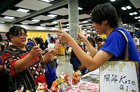 台湾の竹製打楽器を教えてもらいながら挑戦。難しいようです。