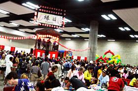 縁日コーナーの混雑ぶりは例年以上。日本の夏祭りにも似たにぎわいでした。