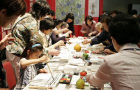 The popular Etegami Corner. Participants drew the fruits that were displayed in front of them.