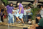 フィリピンのバンブ-ダンスに挑戦