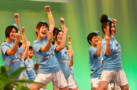 Sonoda Gakuen High School's girls dance with all their might.