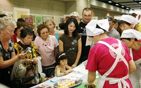 The ladies of Chiba Dentokyodoryori Kenkyukai demonstrated how to make futomaki… yum.
