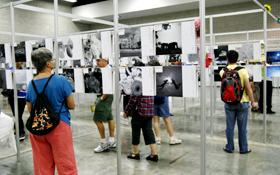 俳句と写真を合わせたアート作品の展示