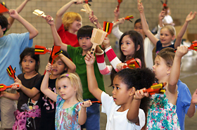 The children were serious about mastering the Yosakoi although it was their first time.