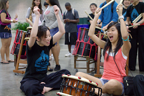 和太鼓に挑戦です。なかなか様になっています。