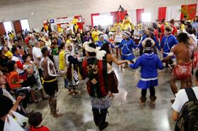 アラスカ、アイヌ、アボリジニが手をつないで一緒に踊ります。