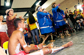 オーストラリアのアボリジニのリズムにのってアラスカの踊りが。