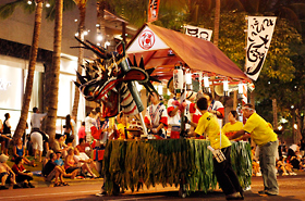 The Chibikko Honolulu Daijayama made by local volunteers debuts at the Honolulu Festival for the first time.
