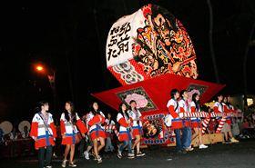 The Hirosaki Neputa is paraded with the support of volunteers. The gallant faces painted on the lantern shines in the darkness.