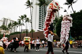 中国の伝統芸能ライオンダンスは幸福をもたらすと言われています。