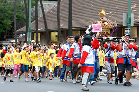 The mikoshi is a must in any Japanese matsuri. Wasshoi wasshoi! Hawaii's kids shout loud and clear, creating a terrific matsuri atmosphere for all to enjoy.