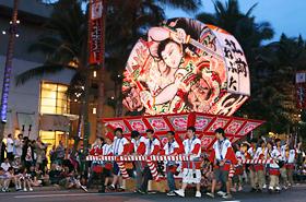 青森県弘前のねぷた。今年の灯篭の絵には、昨年の東日本大震災以降多くの人がその大切さを再認識した「絆」の文字が描かれました。
