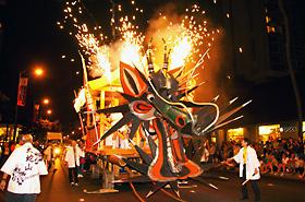 今年もグランドパレードの最後はホノルル大蛇山。その迫力は何度見ても驚かされ、感動させられます。