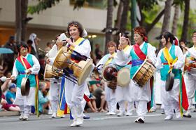 ハワイ韓国伝統音楽協会の皆さん。太鼓や鐘の韓国の伝統打楽器は古くから庶民の芸能として守り伝えられてきました。
