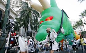 The Great Ryujin of Saitama Ryujin Matsuri  Kai suddenly approaches the spectators.