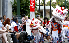 観客の所へやってくるライオンダンスは人気