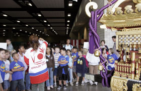 The students listen to the lecture about Inaho Children Mikoshi. The lecturer was pumped up just like the students.