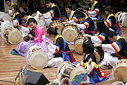 センター中に鳴り響いた韓国の太鼓演奏