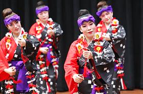 伊是名の会の皆さんが披露する沖縄伝統舞踊