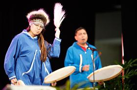 アラスカ ネイティブ ヘリテージセンターのアラスカの伝統の踊り