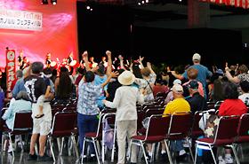 沖縄太鼓のリズムに思わず立ちあがって踊りだす人たち。ステージのすぐ前に出て来て踊る人もいました。