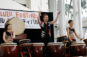 太鼓小僧の皆さんによる太鼓演奏。ともにリズムを取り、観客の皆さんと一つになったステージでした。