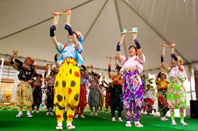 日本南京玉すだれ協会の皆さん。日本でもあまり見ることができない日本の伝統芸能です。